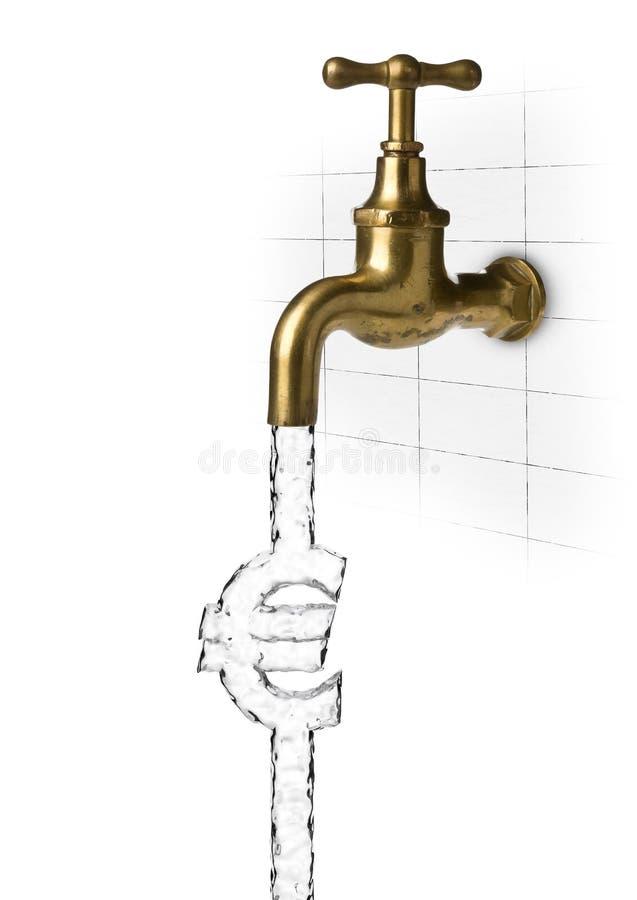 Volume de água da torneira ou do torneira de água que formam o euro- sinal em branco - custo da água ou conceito do desperdício foto de stock