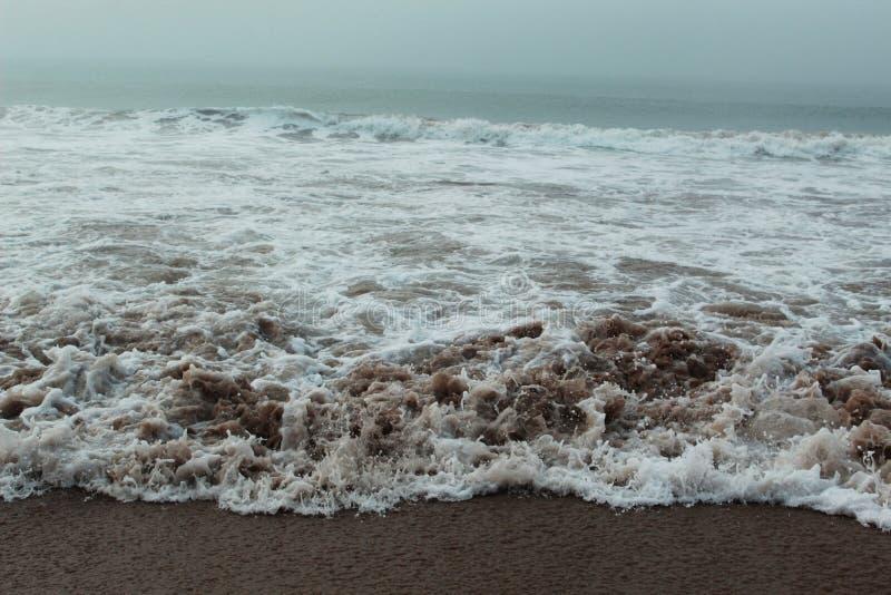 Volume de água na praia do mar fotografia de stock royalty free