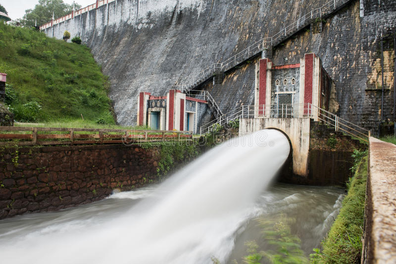 Volume de água na represa de Neyyar fotografia de stock