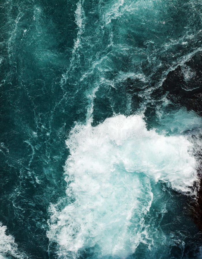 Volume de água no rio fotografia de stock
