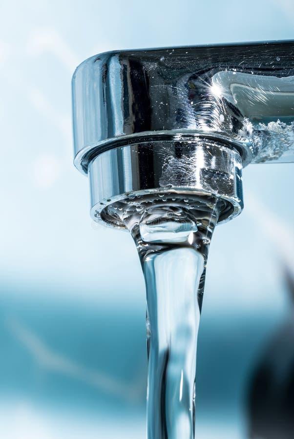 Volume de água de um close-up macro cromado moderno do torneira da torneira de água imagens de stock