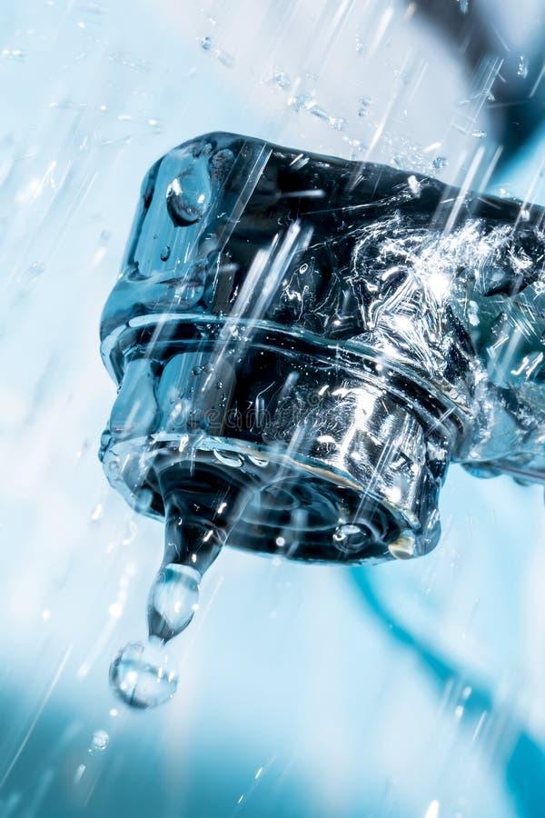 Volume de água de um close-up macro cromado moderno do torneira da torneira de água fotos de stock