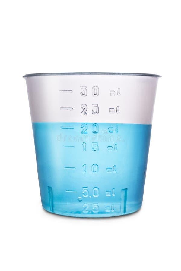 Volume en plastique médical évalué avec de l'eau d'isolement sur le blanc photos libres de droits