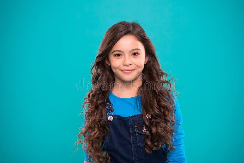 Volume extremo do cabelo Cabelo brilhante saudável longo da menina da criança A menina cresce o cabelo longo Hábitos saudáveis de imagem de stock royalty free