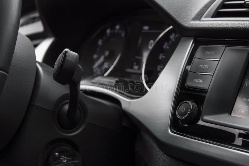 Volumecontrole en mobiele telefooncontrole op het voorpaneel Ventilatiegaten, odometer en binnenlandse versiering royalty-vrije stock afbeelding