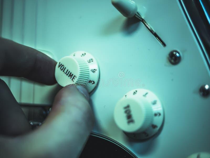 Volumen cambiante del hombre en la guitarra electrónica fotografía de archivo libre de regalías