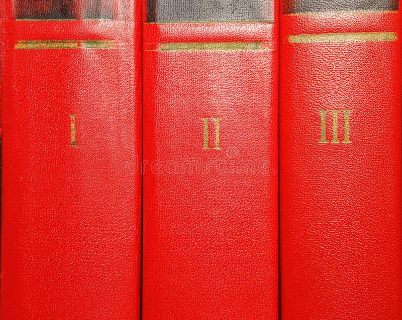 Volumes de vieux livres avec le lettrage d'or sur la couverture photos stock