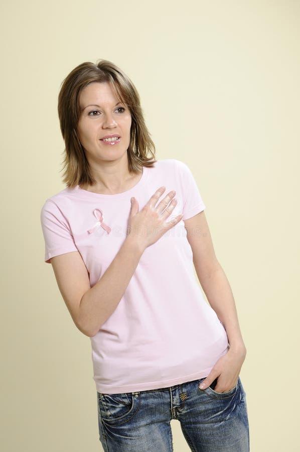 Voluntário dos jovens que desgasta a roupa cor-de-rosa imagens de stock