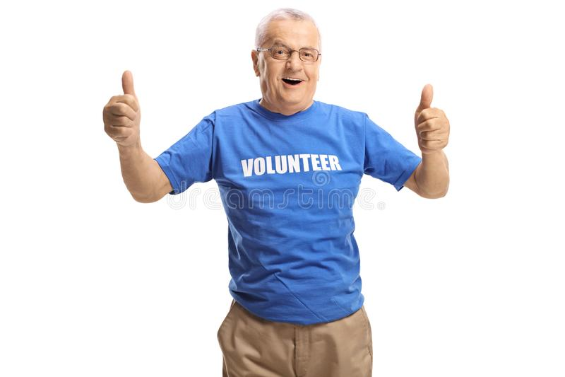 Voluntário masculino maduro alegre que dá os polegares acima foto de stock royalty free