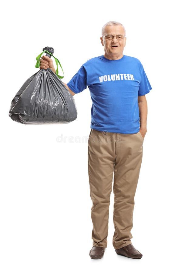 Voluntário masculino maduro com um saco plástico da maca fotos de stock royalty free