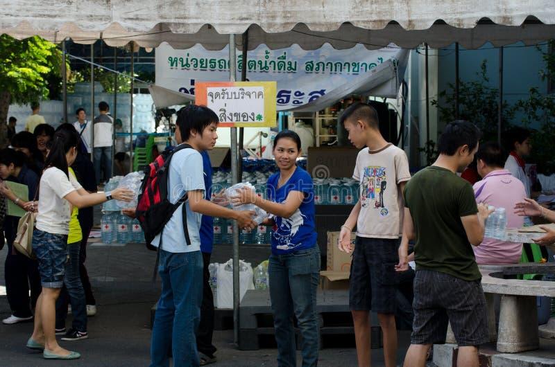 Voluntários a ajudar a alinhar o saco imagens de stock