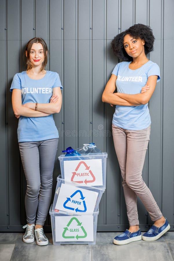 Voluntários com desperdício classificado foto de stock