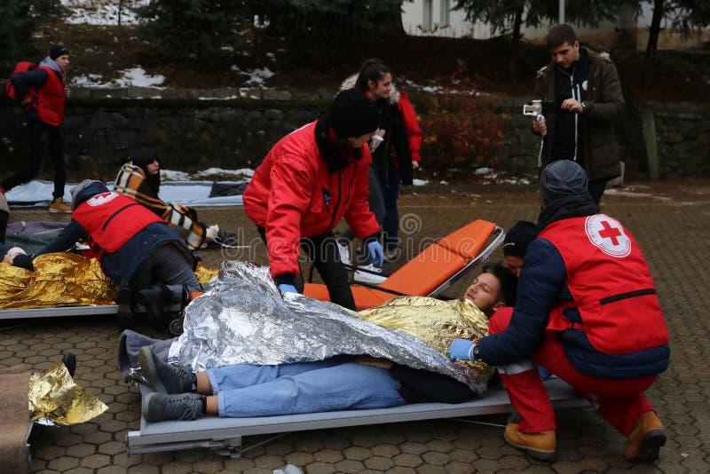 Voluntários da organização da cruz vermelha búlgara para participar no treinamento fotos de stock