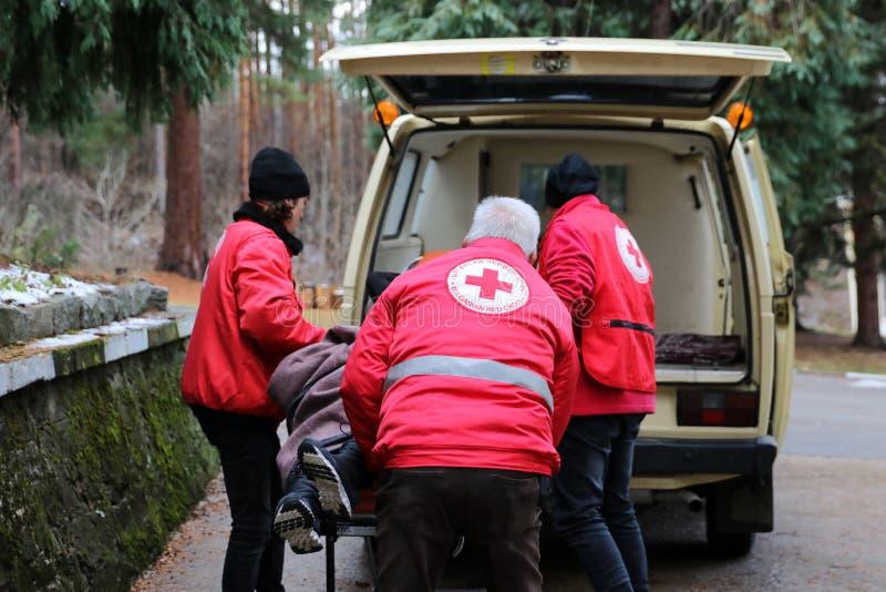 Voluntários da organização da cruz vermelha búlgara para participar no treinamento foto de stock royalty free