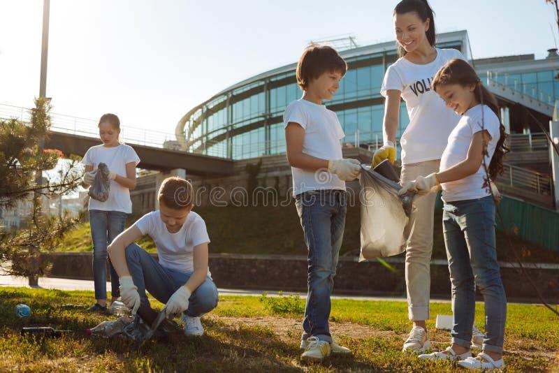 Voluntários dos jovens que trabalham para a finalidade fotografia de stock
