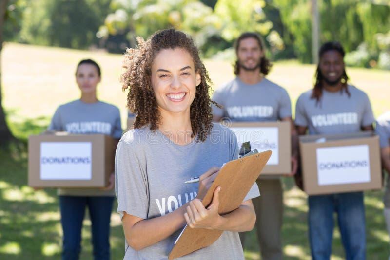 Voluntários felizes no parque imagens de stock royalty free