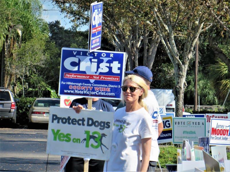 Voluntários fora dos arredores de votação imagens de stock royalty free