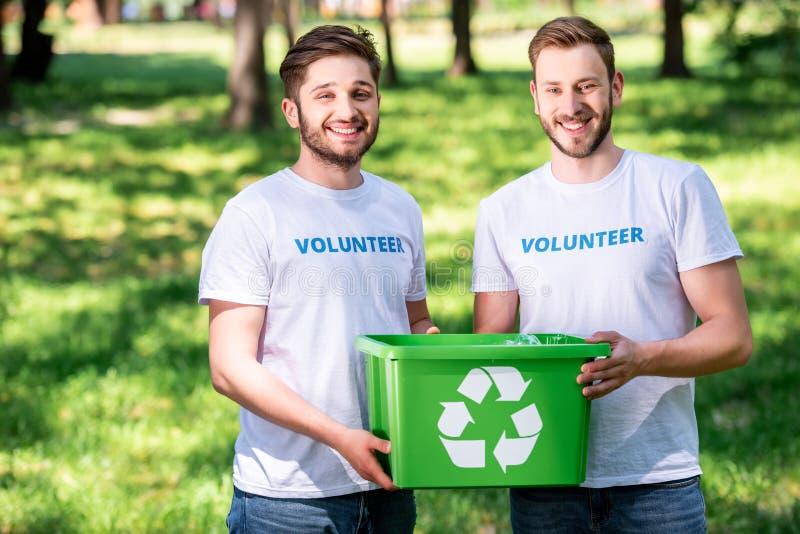 voluntários masculinos novos com verde imagem de stock royalty free