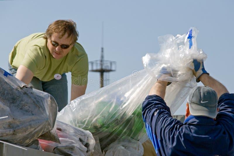 Voluntários que carregam desperdícios fotografia de stock royalty free