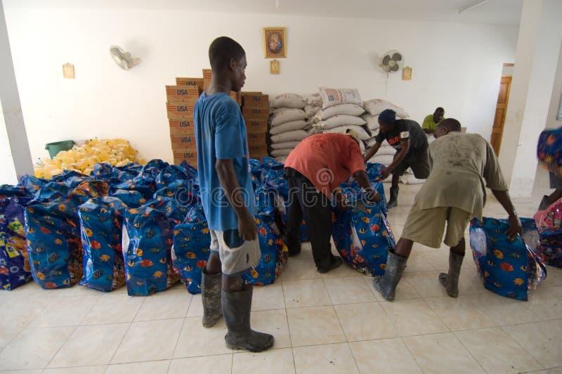 Voluntários que classificam o alimento imagens de stock