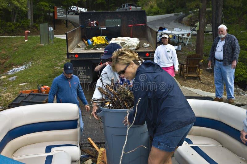 Voluntários que limpam após uma tempestade foto de stock royalty free