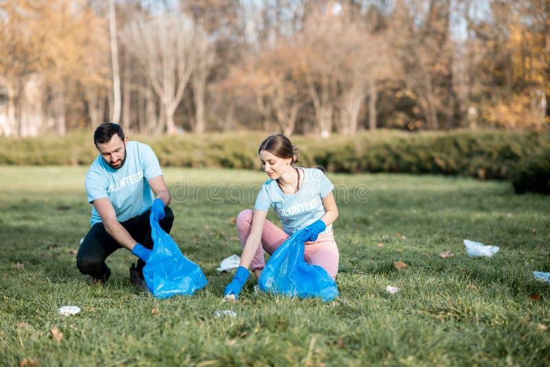 Voluntários que limpam o parque público dos desperdícios imagem de stock royalty free
