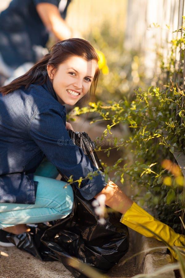 Voluntários que limpam a rua fotografia de stock