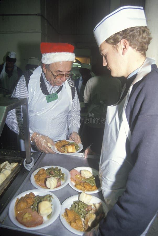 Voluntários que serem o jantar do Natal fotos de stock royalty free