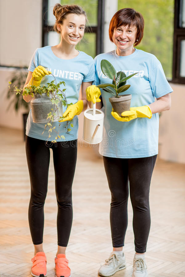 Voluntários que tomam das plantas fotos de stock royalty free