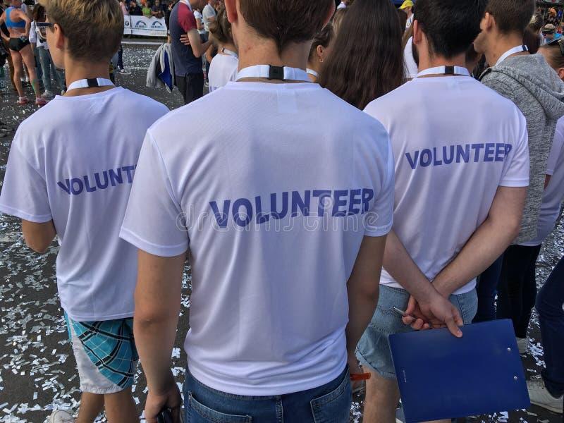 Voluntários que vigiam a maratona fotografia de stock