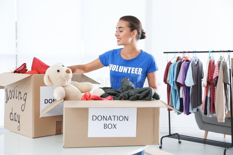 Voluntario femenino que recoge donaciones fotografía de archivo