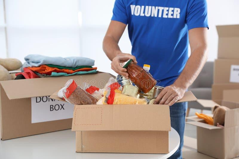 Voluntario masculino que recoge donaciones fotografía de archivo libre de regalías