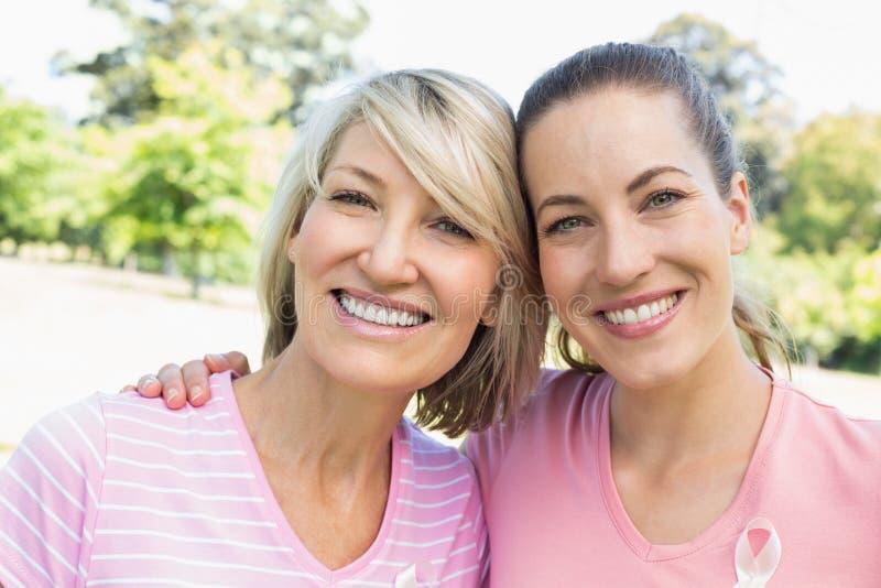 Voluntarios de la hembra que participan en conciencia del cáncer de pecho fotografía de archivo libre de regalías