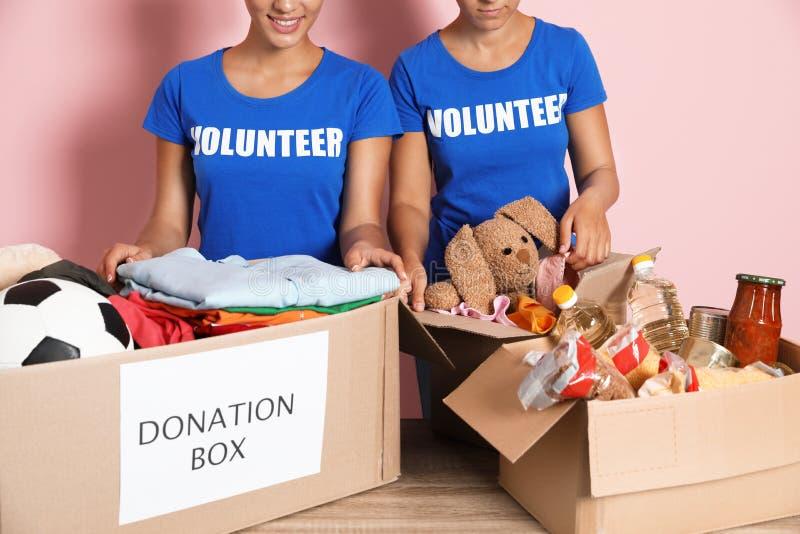 Voluntarios de los jóvenes que recogen donaciones en la tabla fotografía de archivo
