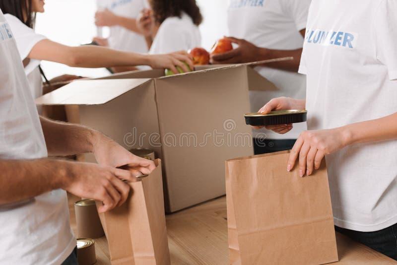 Voluntarios que embalan la comida para la caridad imágenes de archivo libres de regalías
