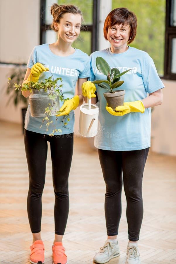 Voluntarios que toman el cuidado de plantas fotos de archivo libres de regalías