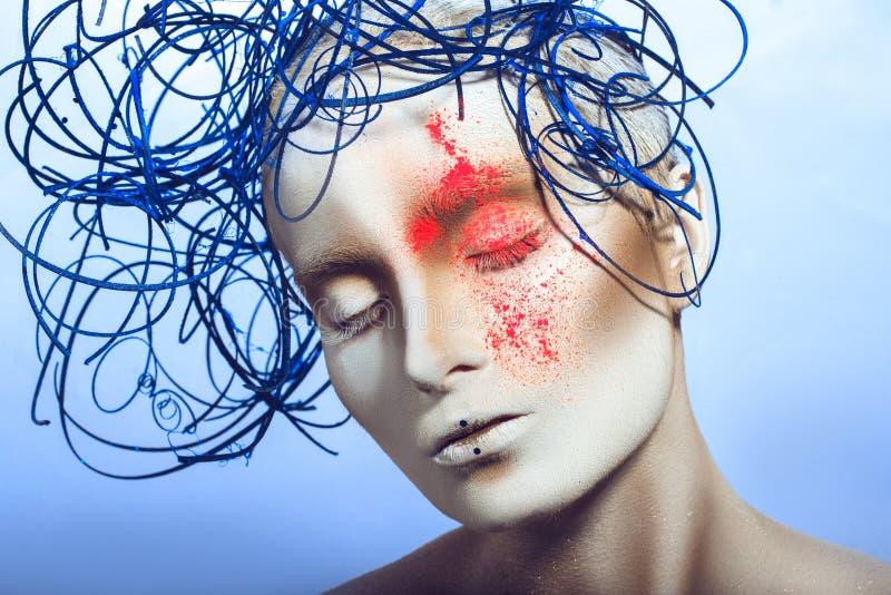 Voluptuous seksowna dziewczyna z białą ciało sztuką i neonowy proszek na twarzy fotografia royalty free