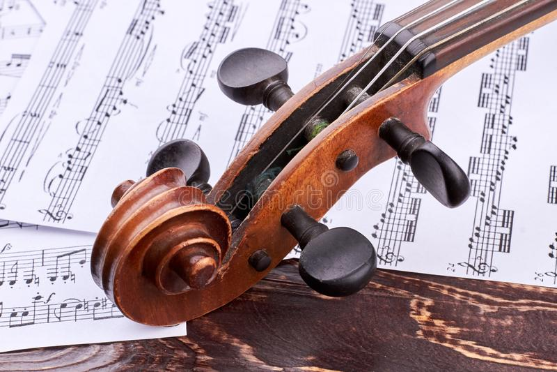 Voluta del violín y caja viejas de la clavija fotos de archivo libres de regalías