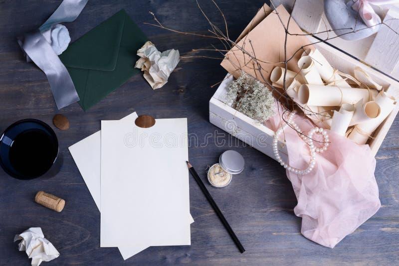 Volutas y perlas de papel en caja de madera del vintage retro Invitaciones románticas de la letra o de la boda de amor que escrib imagenes de archivo