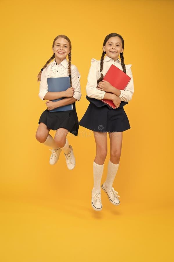 Volver a la escuela Trae la escuela infantil pocos días antes del patio de juegos y cómodos Alegres niñas en la escuela Señalar foto de archivo libre de regalías