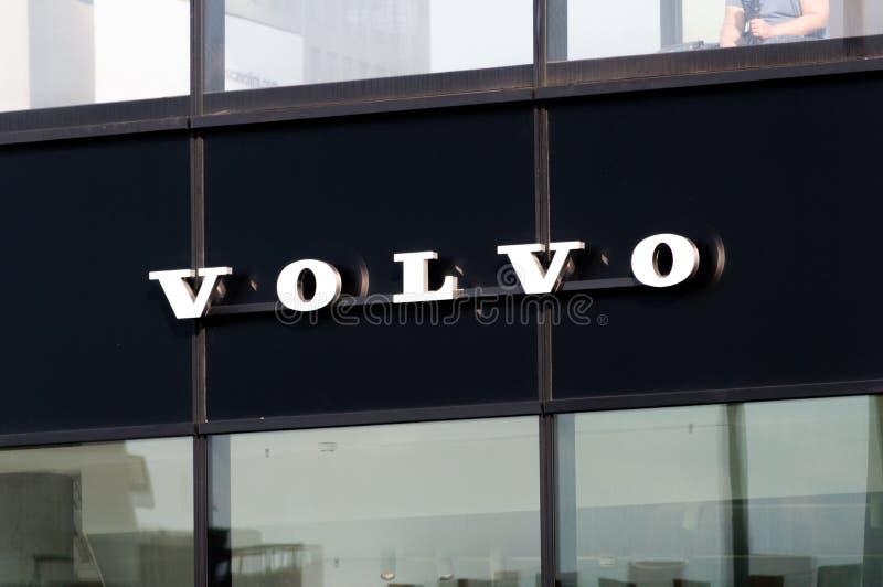 Volvo подписывает на черной предпосылке стоковое изображение