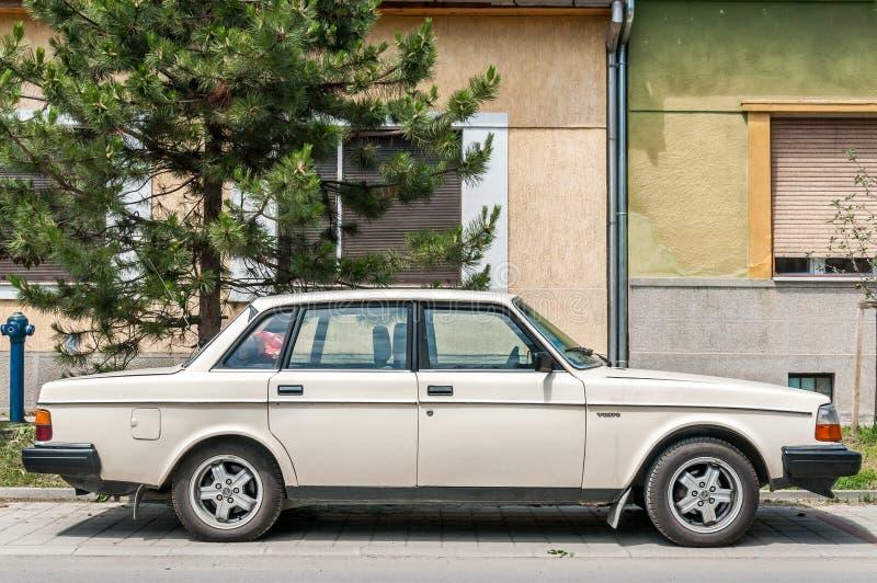 Volvo bianco 240 di modello dell'automobile parcheggiati sull'automobile classica del vecchio temporizzatore della via immagine stock