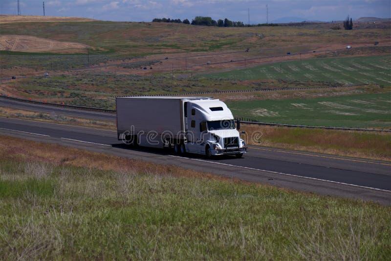 Volvo bianco/Semi-camion caricato fotografia stock libera da diritti