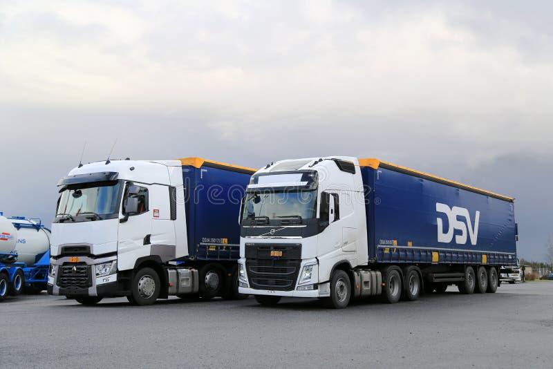Volvo blanc FH et Renault Trucks T sur une cour photographie stock