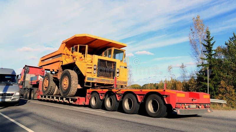 Volvo BM 540 Stijve Stortplaatsvrachtwagen op Vrachtwagenaanhangwagen als Brede Lading royalty-vrije stock afbeelding