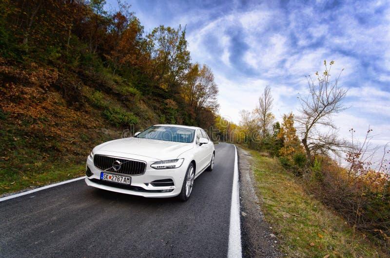 Volvo branco S90 que conduz na natureza foto de stock