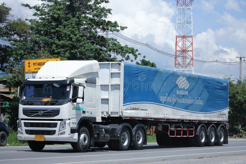 Volvo-de vrachtwagen van de Aanhangwagenlading van AST-Vervoer stock afbeelding