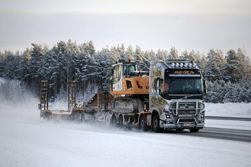 Volvo FH16 Ciągnie ekskawator na autostradzie zdjęcia royalty free