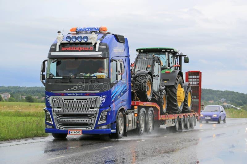 Volvo FH16 lastbiltransportsträckor John Deere Machinery royaltyfri fotografi
