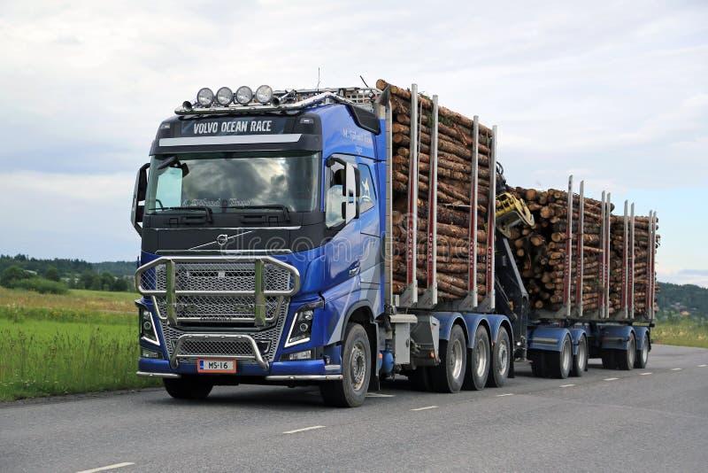 Volvo FH16 som loggar lastbiltransportsträckatimmer arkivfoto